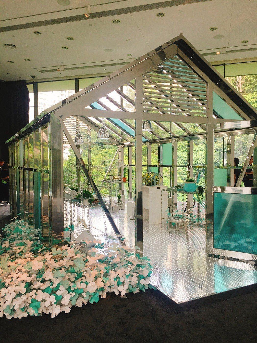 Tiffany這次在展場中打造了座花房,呈現藝術總監Reed Krakoff首款...