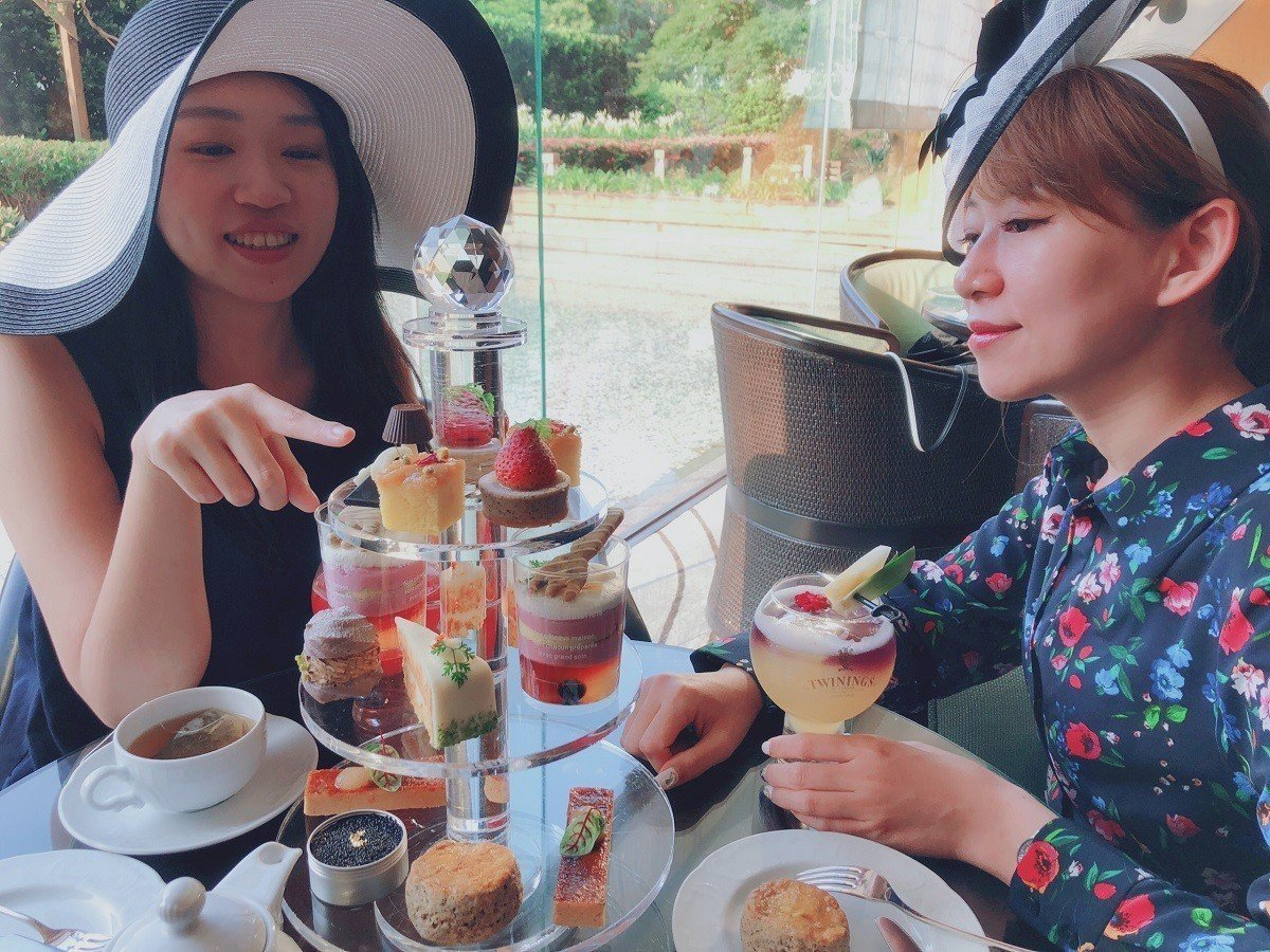 Elite Café穿越英倫下午茶提供帽子、小道具等讓消費者邊拍邊玩。圖/台北威...