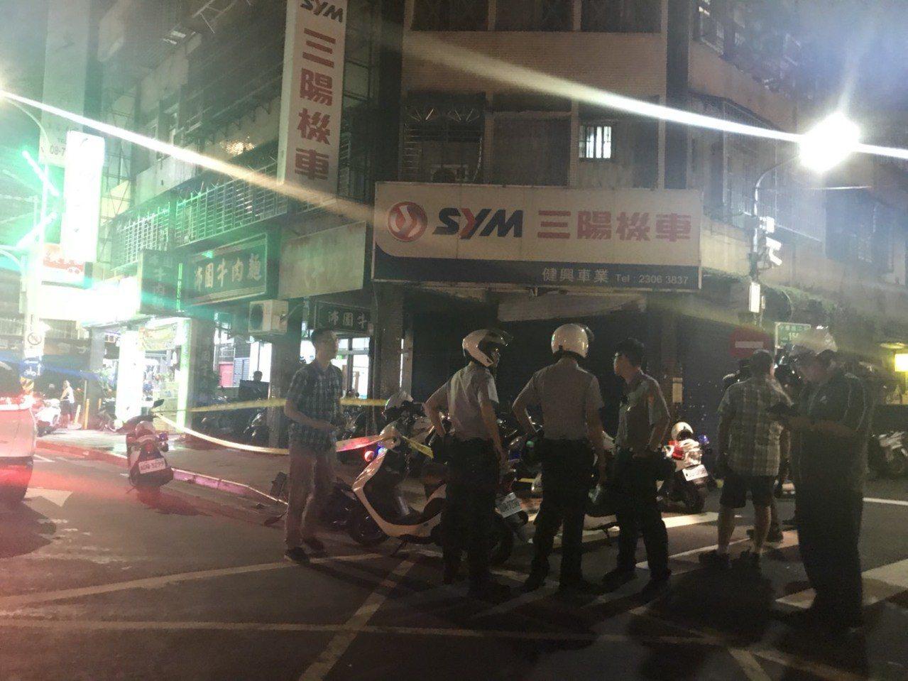 墜樓男子壓傷機車騎士,警方到場處理。記者蕭雅娟/攝影