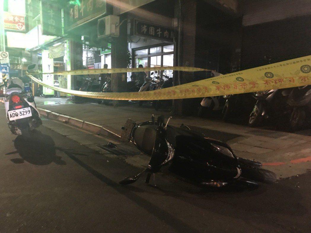 墜樓男子壓傷機車騎士,現場拉起封鎖線。記者蕭雅娟/攝影
