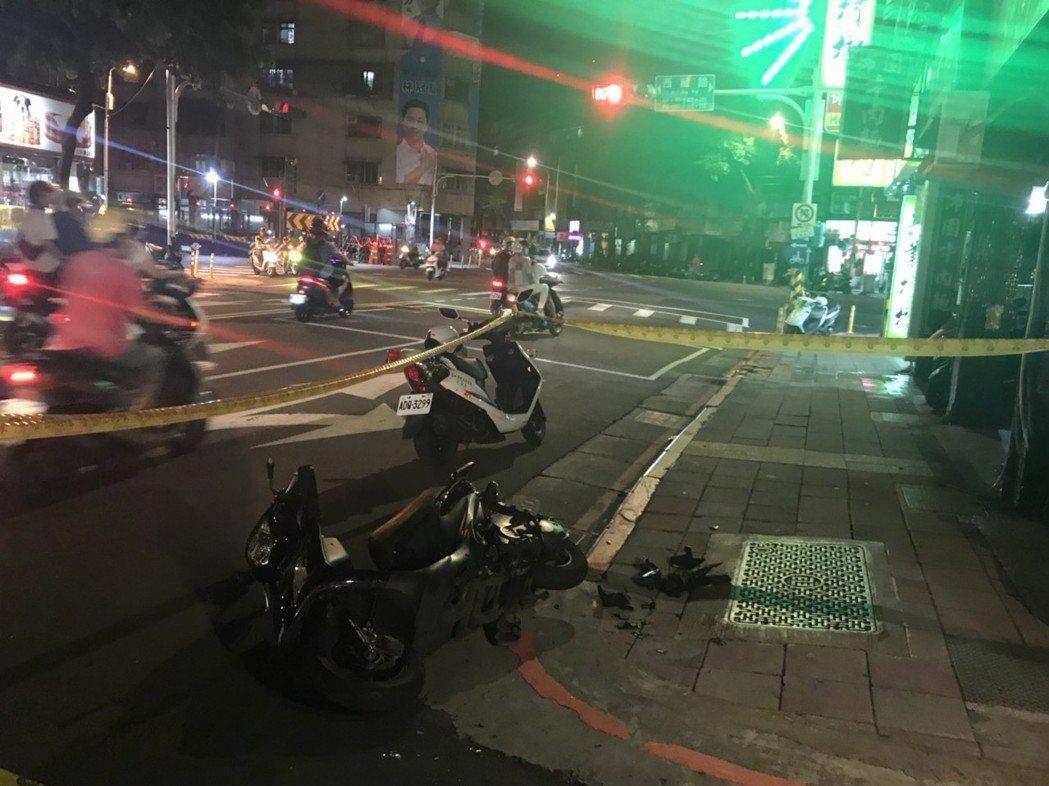 墜樓男子壓傷機車騎士,地面留下機車碎片。記者蕭雅娟/攝影