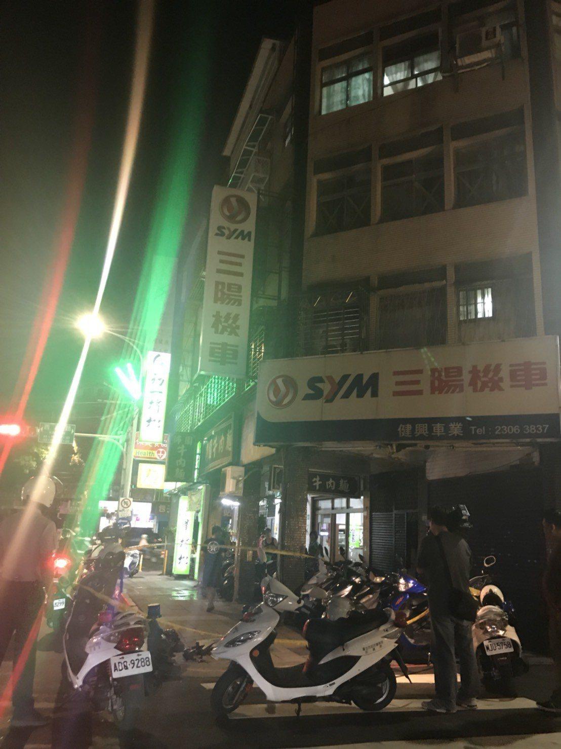墜樓男子壓傷機車騎士,周邊許多民眾圍觀。記者蕭雅娟/攝影