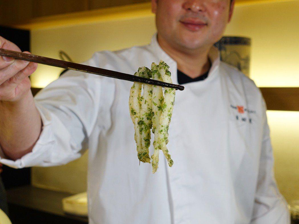 細軟的銀魚以「筏型炸」油炸成形。記者張芳瑜/攝影