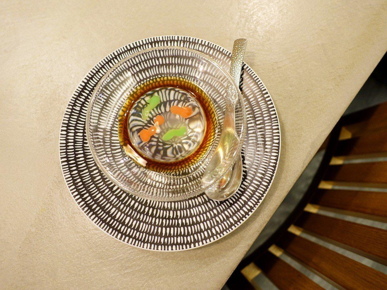 套餐附透明感十足的日式甜點「錦玉水信玄餅」。記者張芳瑜/攝影