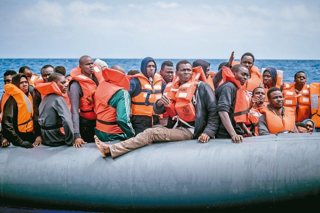 川普政府提出羈押無證移民家庭的新建議,將允許聯邦部門繼續把非法移民家長及其子女關...