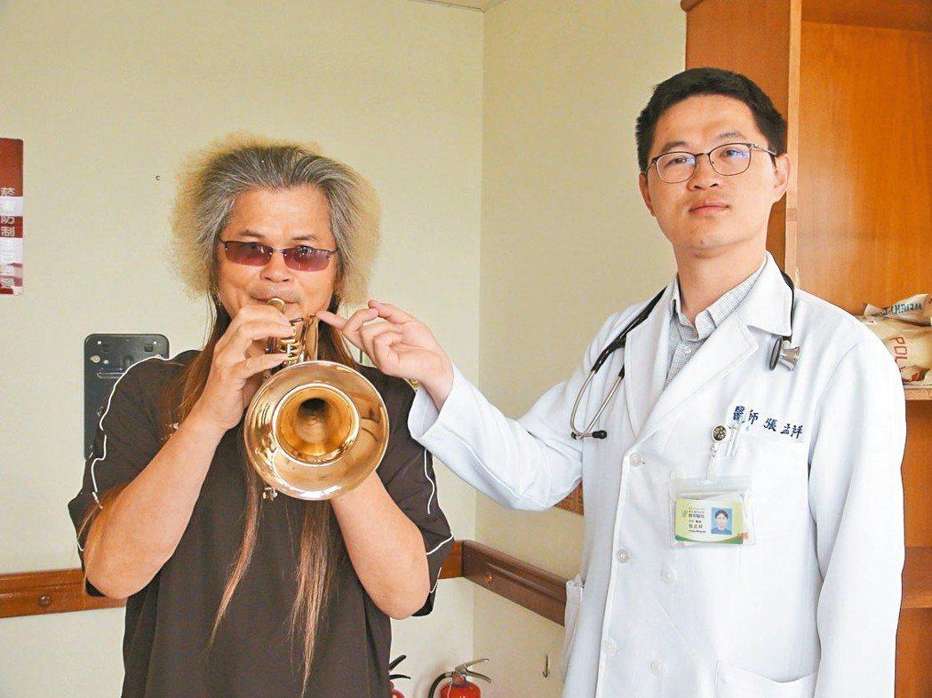 豐原醫院胸腔內科醫師張孟祥(右)表示,樂器因沾染口水,可能孳生黴菌,讓演奏者產生...