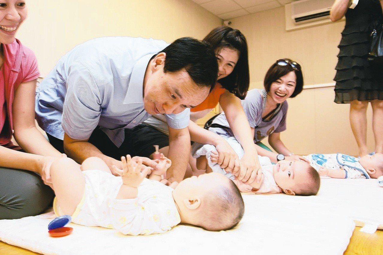 新北有13家「居家托育」服務中心協助媒合臨托人員,還有200間公私立托嬰中心,去...