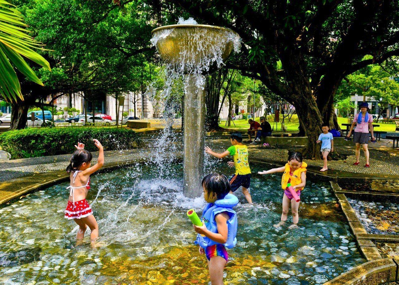 桃園區民族公園設有戲水池,每年夏天都很受親子歡迎,區公所預計16日開放。圖/桃園...