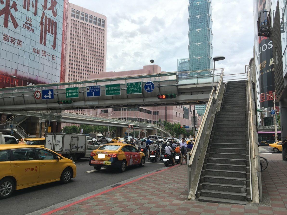 台北市信義區的世貿天橋,視為跨年拍攝101大樓煙火熱門景點之一,北市府一度喊拆遭...