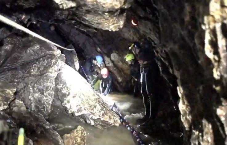 洞穴崎嶇、積水暗湧 泰少年差點出不來