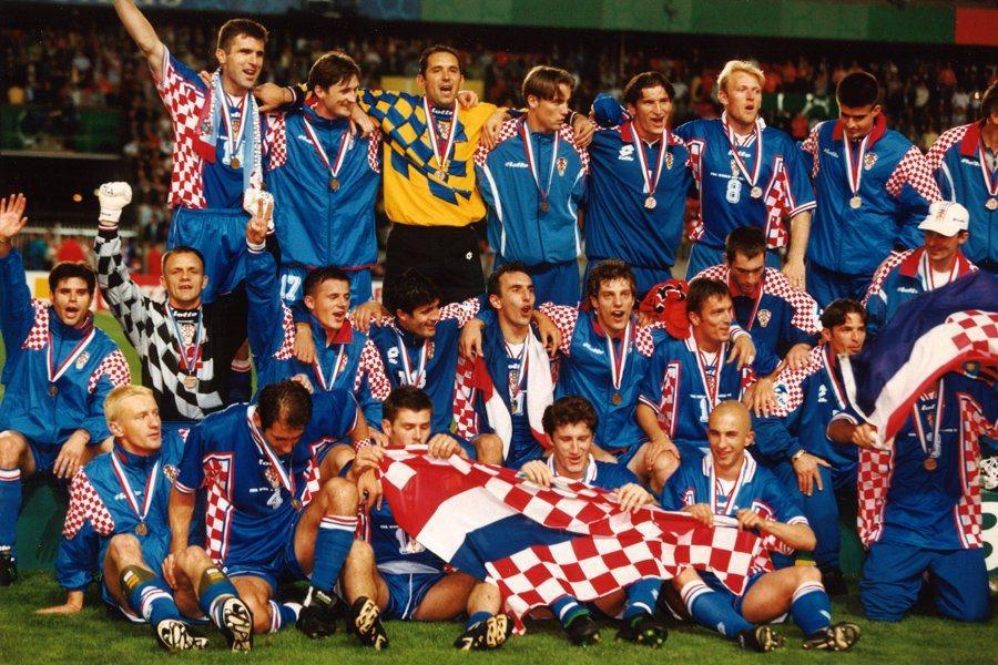 克國足協今天宣布,15日的決賽舞台上將有特別嘉賓,1998年的季軍隊伍將來到現場...
