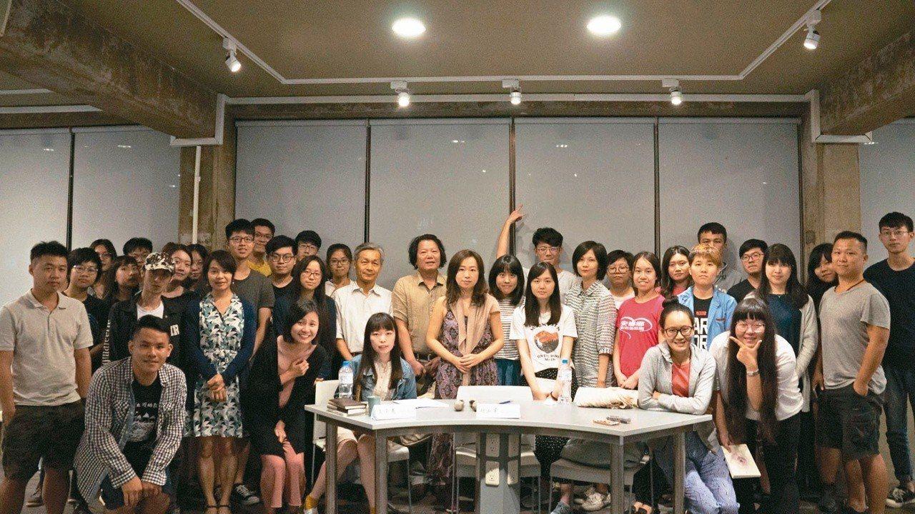 黃崇憲、胡淑雯與東海大學社會學系、中國文學系師生合影。