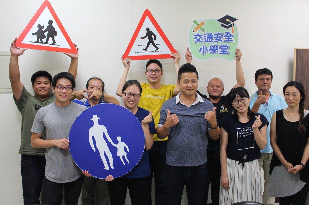 新竹市府交通處交工科團隊成員,因為發想標語讓工作變有趣。 記者張雅婷/攝影