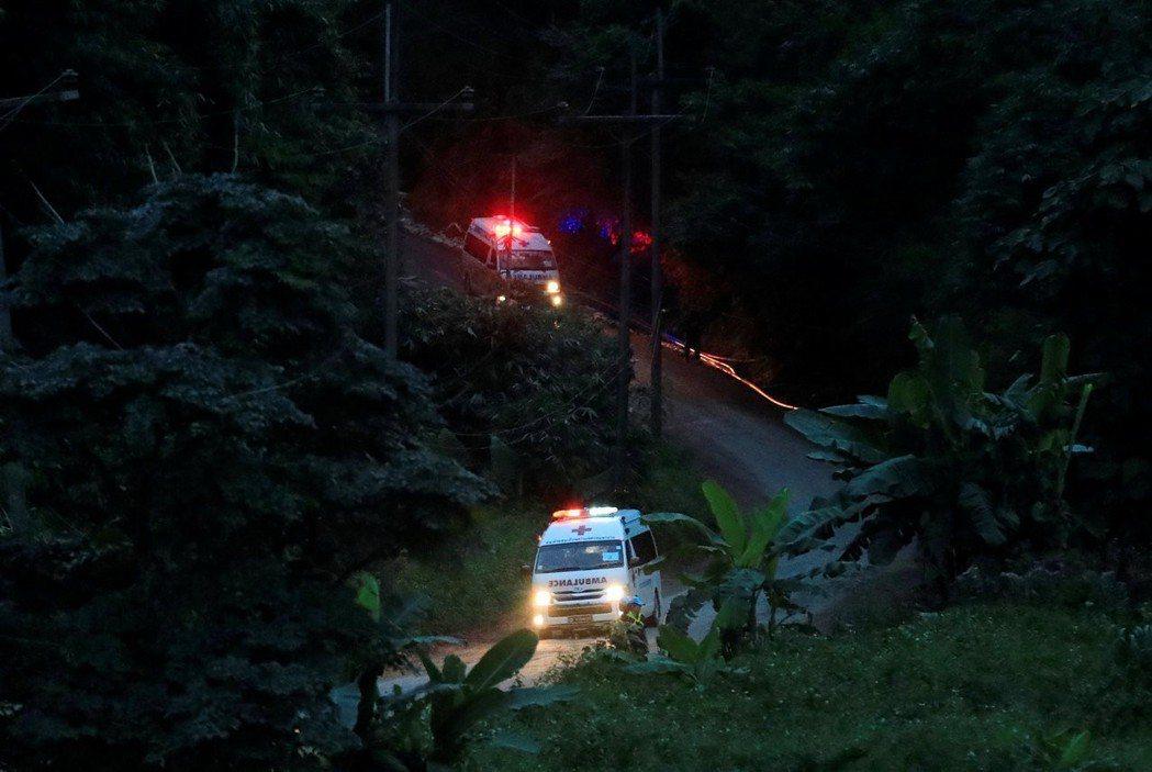 載著少年的兩輛救護車9日從洞穴外開往醫院。 路透