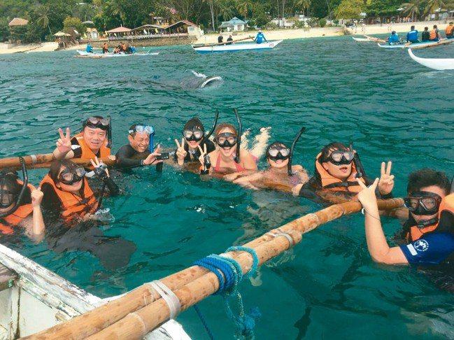 隨品冠旅遊前往宿霧與鯨鯊共舞、體驗沙丁魚風暴。 圖/各參展廠商