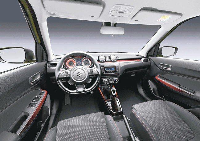 紅黑漸層的舖陳下,營造出充滿運動感的座艙氛圍。 圖/SUZUKI金鈴汽車
