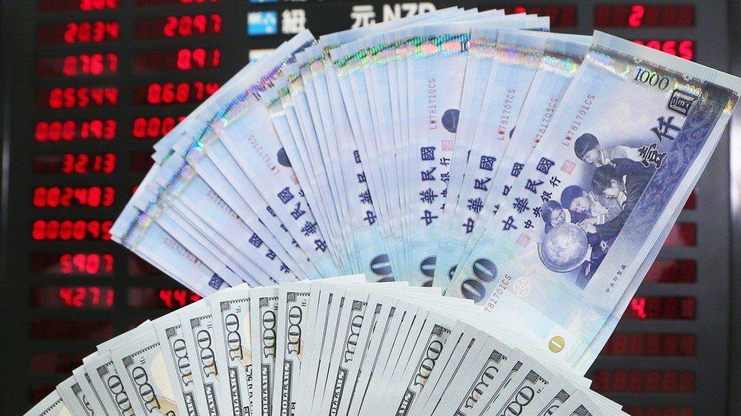 全球貿易戰正式開打,主要國家衝突升溫使金融市場震盪加劇,銀行建議民眾若將資金自股...