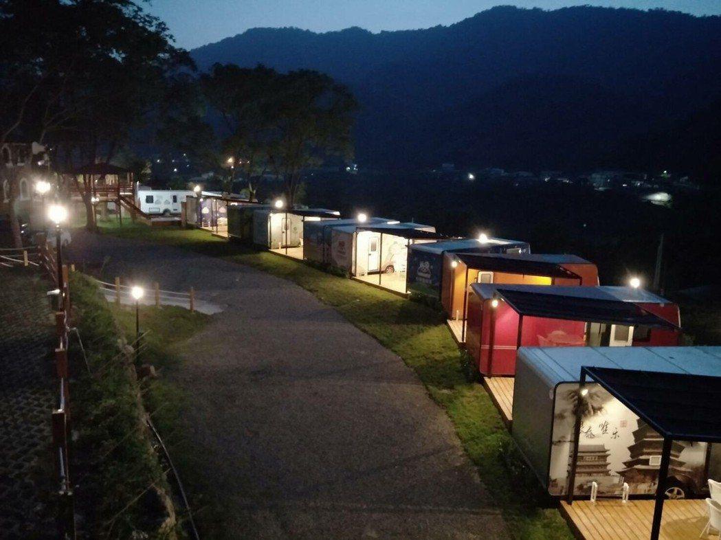呼啦莊園露營車渡假村內共有20輛附有獨立衛浴設備的六星級露營車,白天夜晚有不同的...