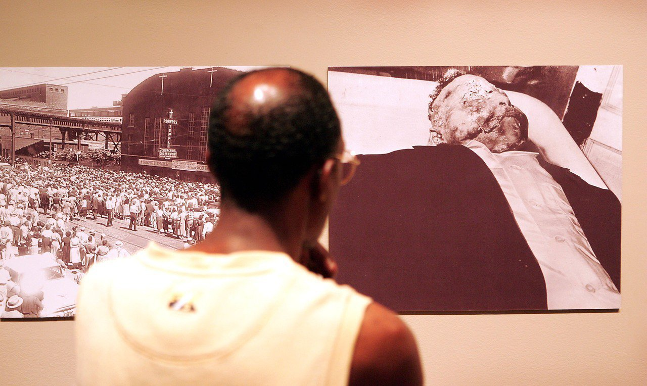 逾10萬人瞻仰提爾殘缺不全的屍體。 世界日報記者/張大順攝影