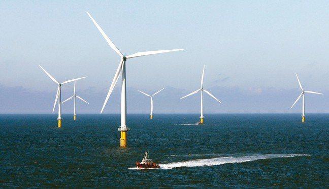 愛爾蘭將創世界首例,在五年內出清化石燃料的投資。圖為海上風力發電機組。 路透