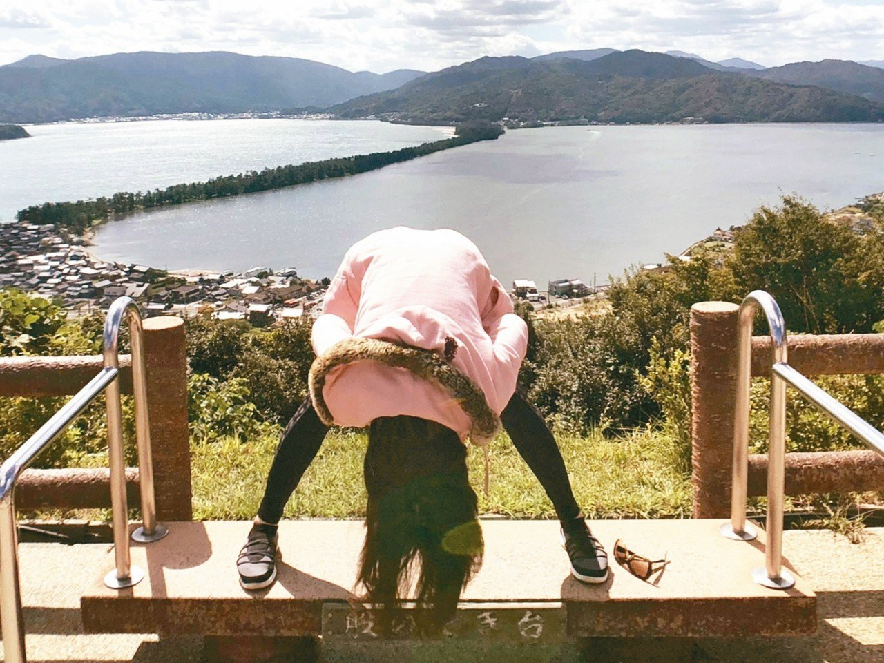 遊客到天橋立,喜歡彎身體驗此一自然奇景。 有行旅/提供