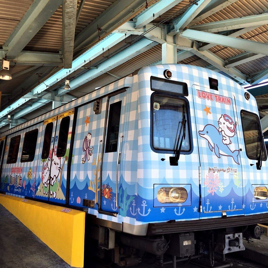 台北捷運公司暑假期間特別在淡水信義線推出「海底世界親子彩繪列車」,讓可愛麻吉貓與...