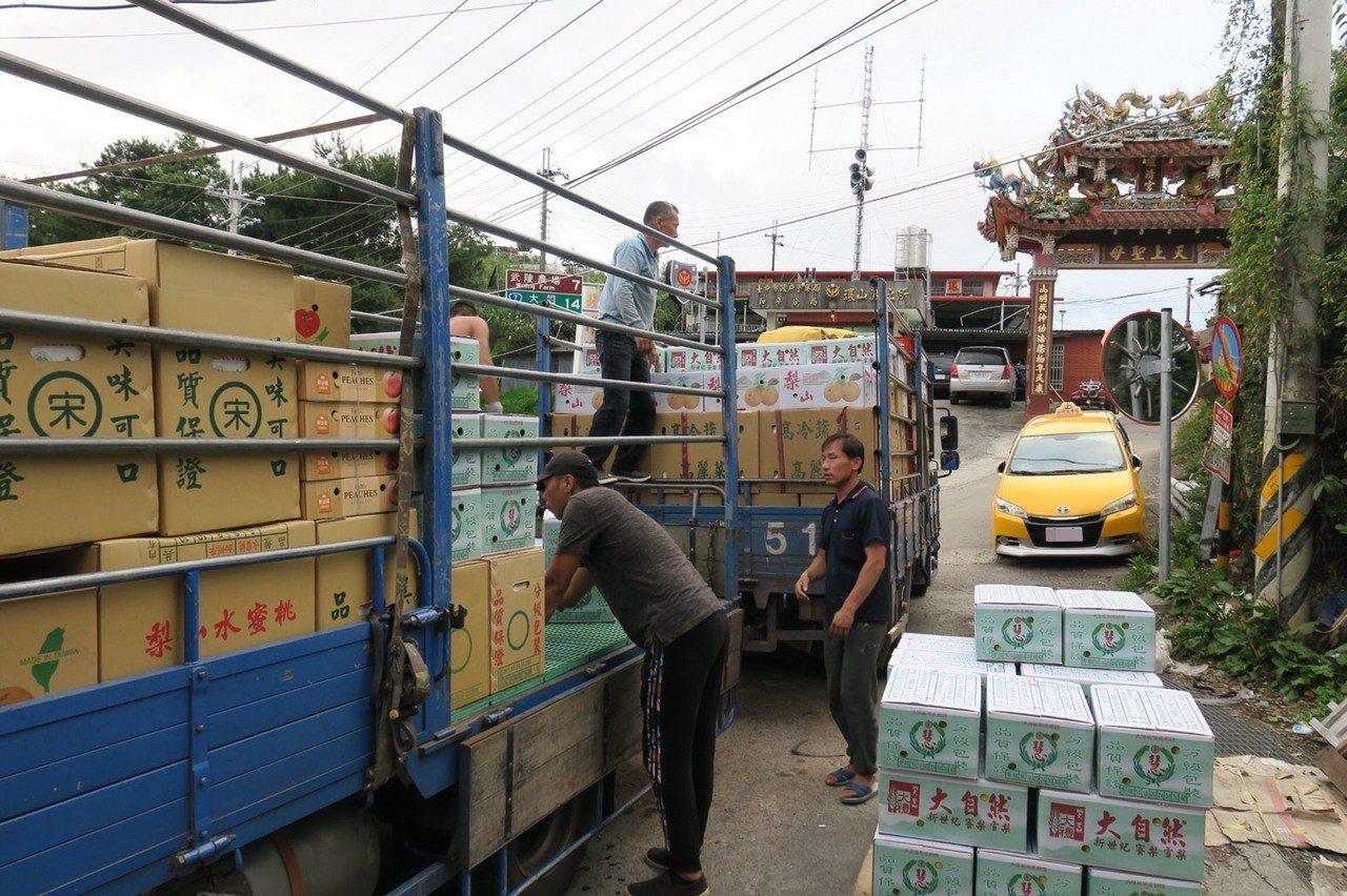 7月起為梨山農產採收期,農民從水果採收到包裝集貨需時間,常趕不及便道開放通行時間...