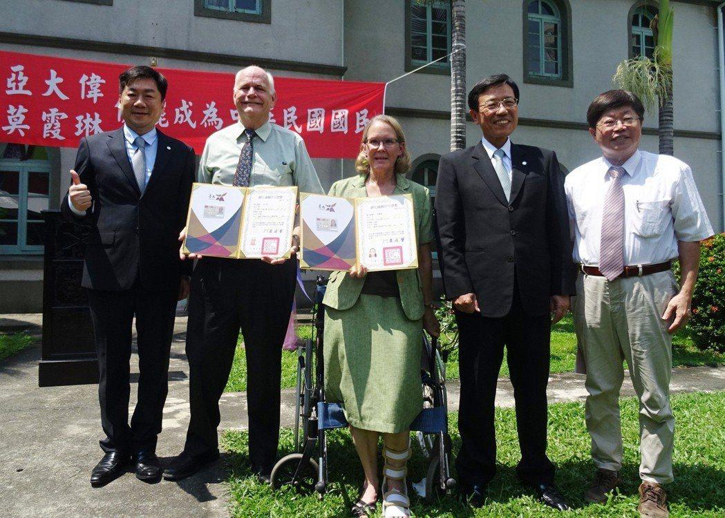 美籍牧師亞大偉(左2)、莫霞琳(中)夫婦長期在台奉獻,13日在台南神學院正式獲頒...