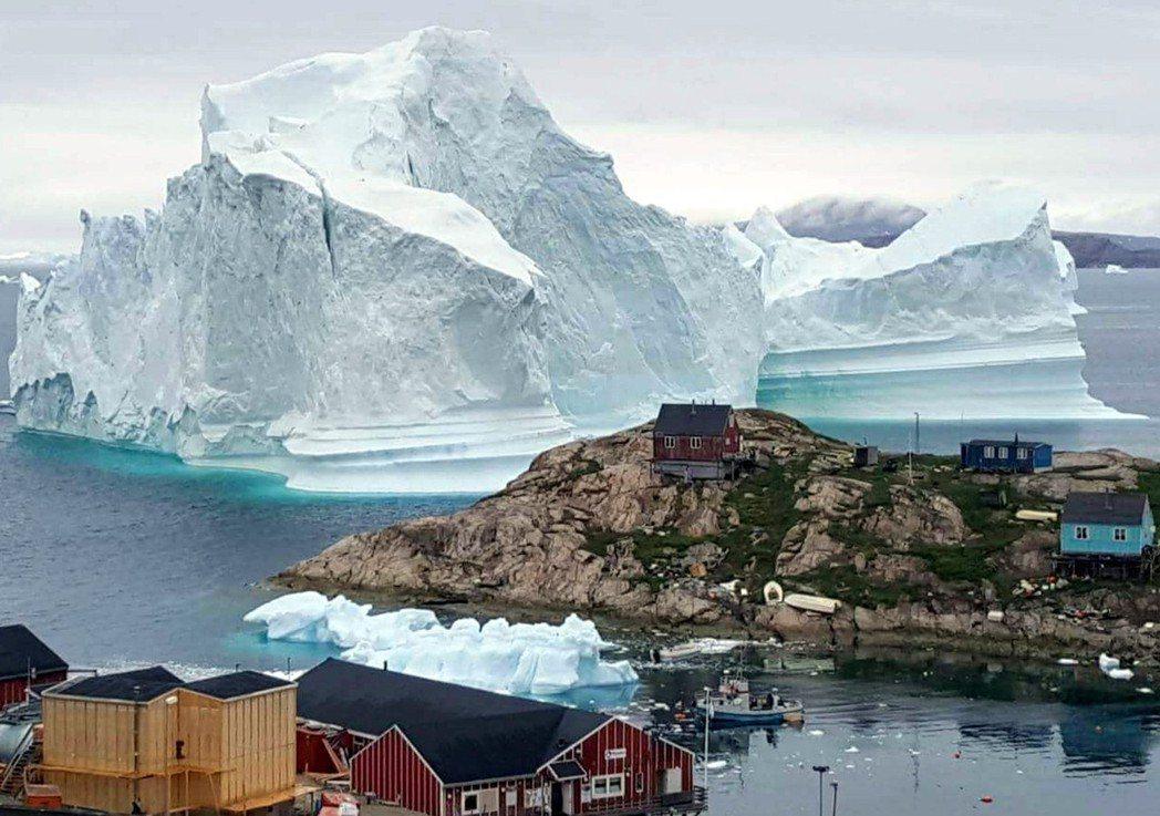 格陵蘭西北部伊納蘇特島的村落漂來一座巨大冰山,當局擔心冰山崩解恐將引發海嘯洪患,...