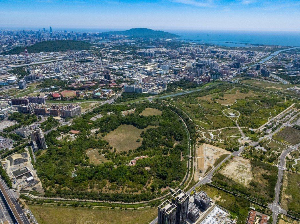 都會公園特區就在高雄都會公園旁邊,綠意盎然的都市森林,提供周邊住戶最奢侈的芬多精...