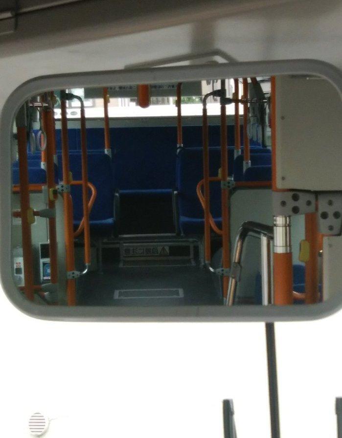 穿裙子又坐在公車最後排中間的位置,就會被司機「一覽無遺」,示意圖。圖擷自tw...