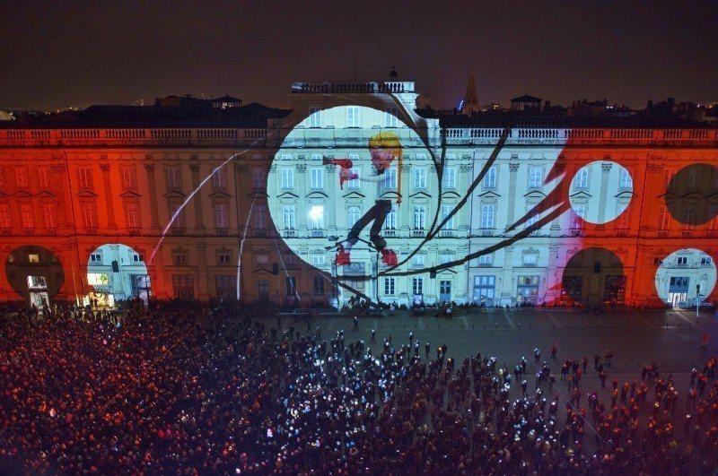 2017里昂燈節,建築物上的吸睛投影,廣場上滿滿人潮。 外貿協會/提供