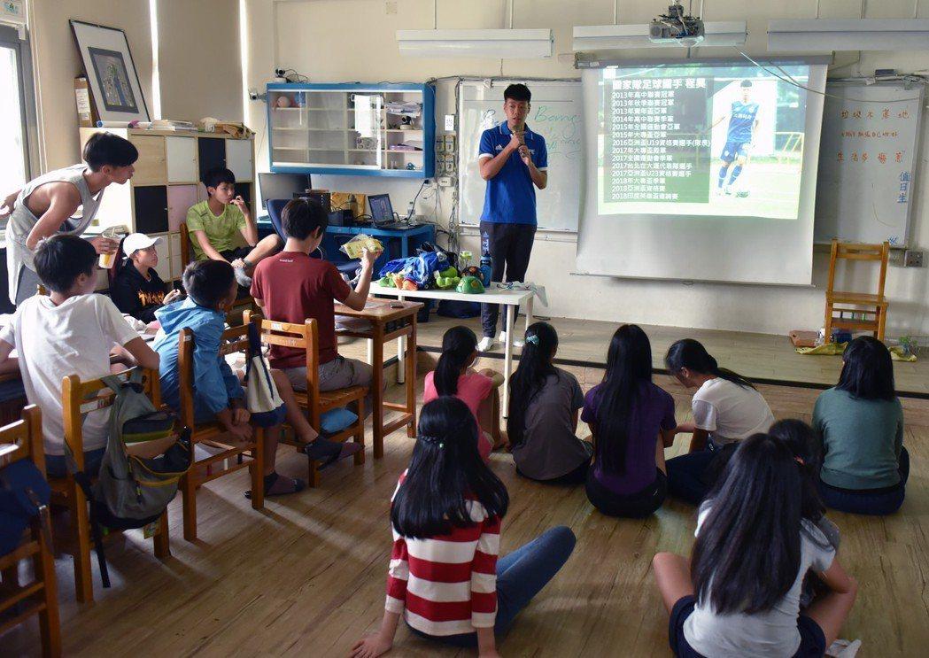 足球國手來到無界塾,在世足賽風潮上,為學童介紹台灣的足球員。圖/趙浩宏提供