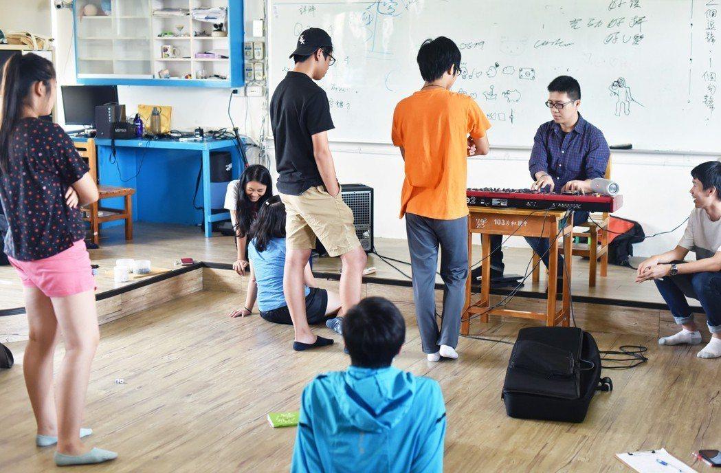金曲製作人來到無界塾,和熱愛音樂的孩子介紹音樂製作與自己的生命故事。圖/趙浩宏提...