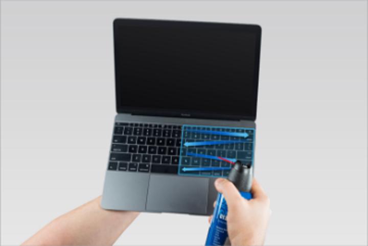 用壓縮空氣罐從左到右噴向鍵盤,再向左、右旋轉並重覆此動作。圖擷自蘋果官網