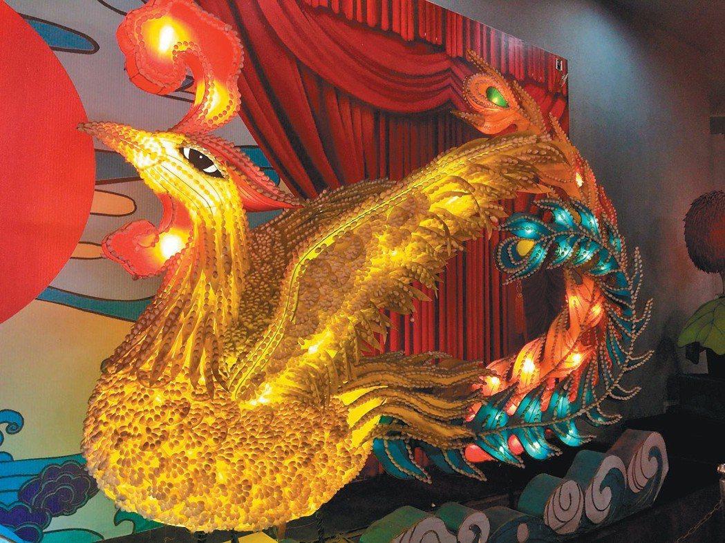 用蠶繭裝飾的鳳燈。記者汪莉絹、林志強/攝影