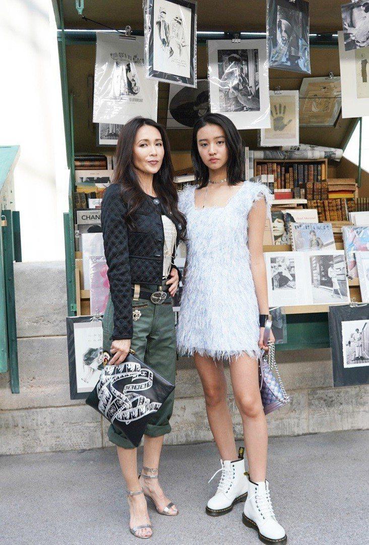 木村光希(右)最近還跟著媽媽一起現身巴黎時裝周。圖/擷自IG