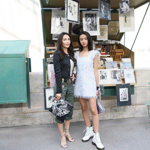 木村拓哉與工藤靜香的15歲小女兒木村光希,日前以藝名Koki出道,登上時尚雜誌「ELLE」日文版封面。她的第一份工作就一鳴驚人,雜誌詢問度和銷量創新高,廣告商也接踵上門。木村光希最近還跟著媽媽一起現...