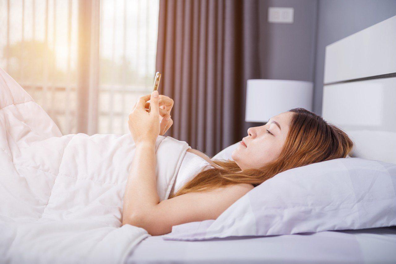 現代人手機不離身,就連睡前也不放過,示意圖。圖/ingimage