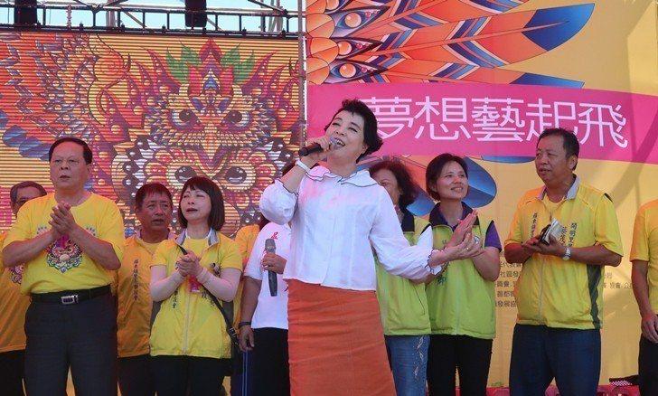 知名聲樂家簡文秀帶領羅東鎮各里長合唱望春風。 業者/提供