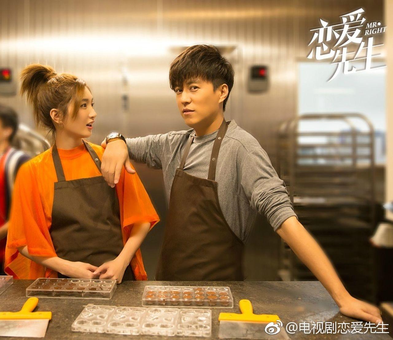 「戀愛先生」中,靳東(右)挑戰全新人設。圖╱摘自電視劇戀愛先生的微博