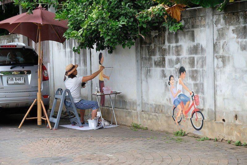 巧遇捉迷藏畫作曼谷畫家,筆下小朋友們都是當地孩子們。