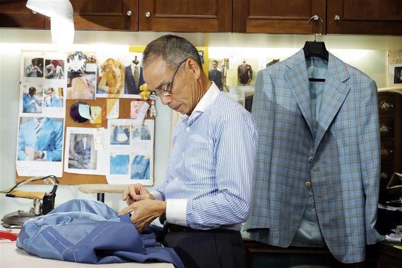 全訂製西服強調手工縫製,已入行四十多年的鄭師傅仍能穿針引線密密縫。