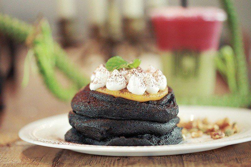 黑嚕嚕舒芙蕾加入了竹炭與南瓜泥,是店裡的人氣甜點。