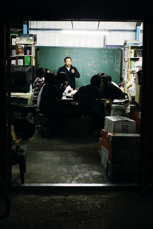 18年來,陳俊朗為那些沒有晚餐吃、在街上亂晃的孩子複習功課,是孩子書屋的由來。