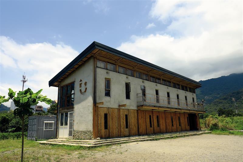 青林書屋矗立在台東省道旁,述說著自力自建、完成不可能夢想的故事。