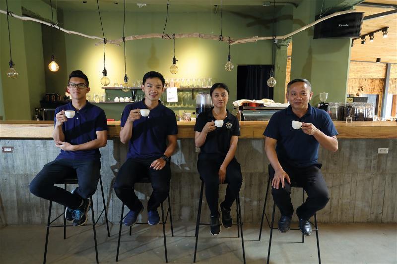 陳俊朗(右一)希望「黑孩子黑咖啡」成為技職訓練,強化競爭的育成場域。