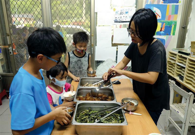孩子的書屋提供孩子晚餐,讓孩子不因家庭的貧困,也有正常的三餐。