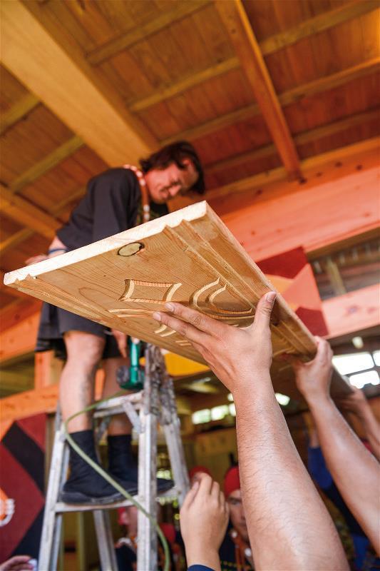 宣告家屋落成的上樑儀式,木板背後有著全家人的簽名。