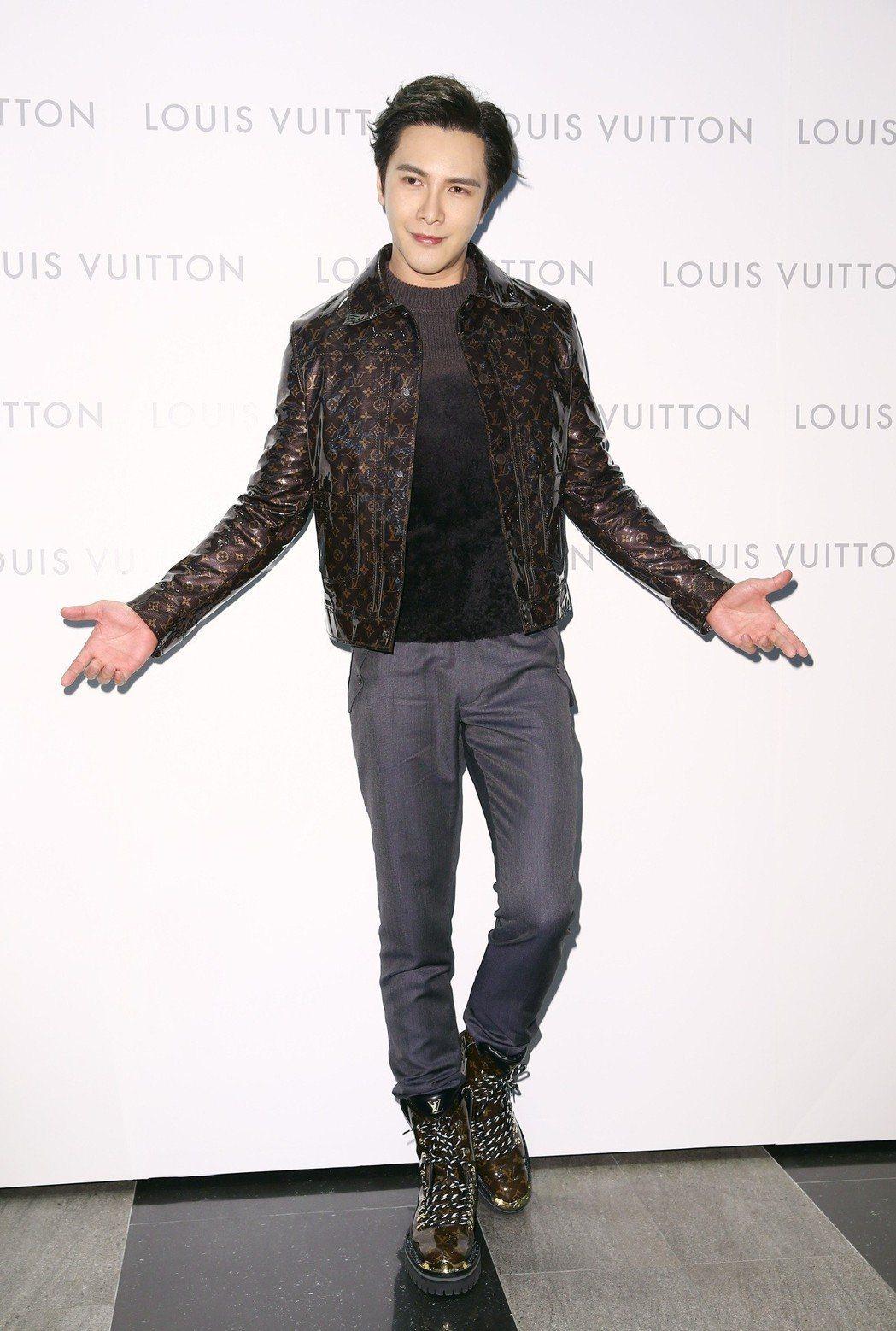 謝佳見詮釋Monogram Glaze外套27萬6,000元、深灰褐毛衣7萬元,...